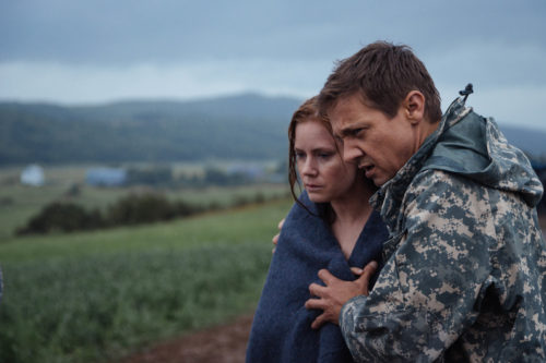 Louise Banks (Amy Adams) and Ian Donnelly (Jeremy Renner) in ARRIVAL